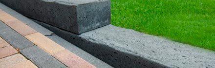 Afscheiding van betonbielzen zijdelings.