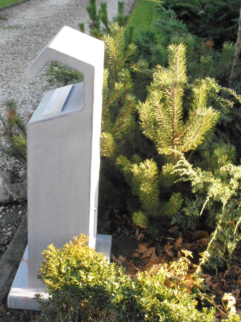 Moderne betonnen brievenbus