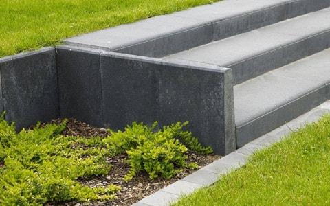 Betonnen tuintrap, bestaande uit betonbielzen