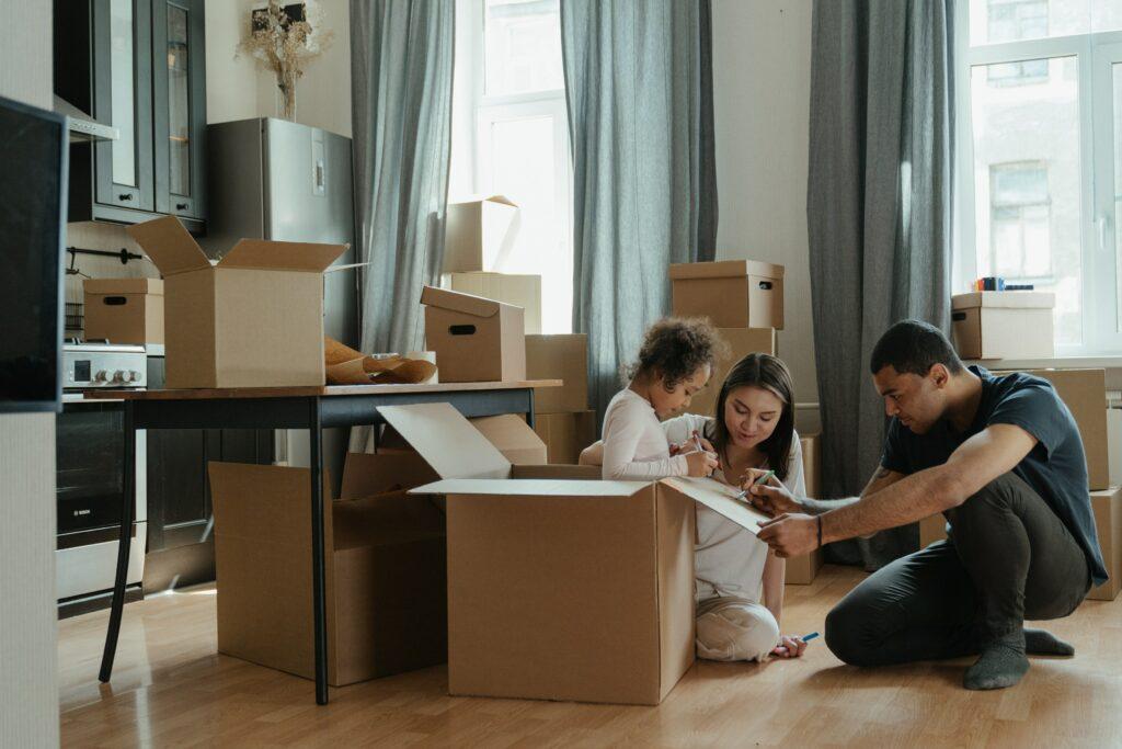 Verhuizen met verhuisdozen. Foto door cottonbro via Pexels