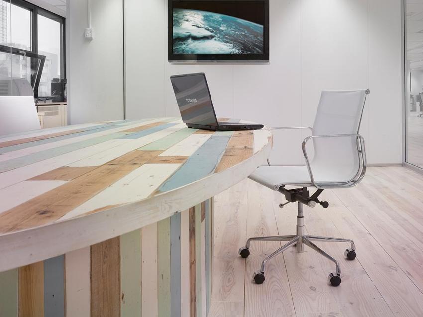 Sloophouten ovalen bureau. Foto: RestyleXL