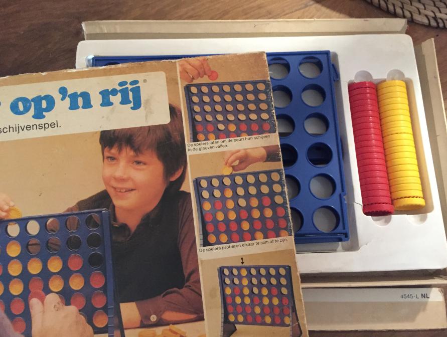 Vier op 'n rij: eindeloos gespeeld, wat te zien is aan de doos